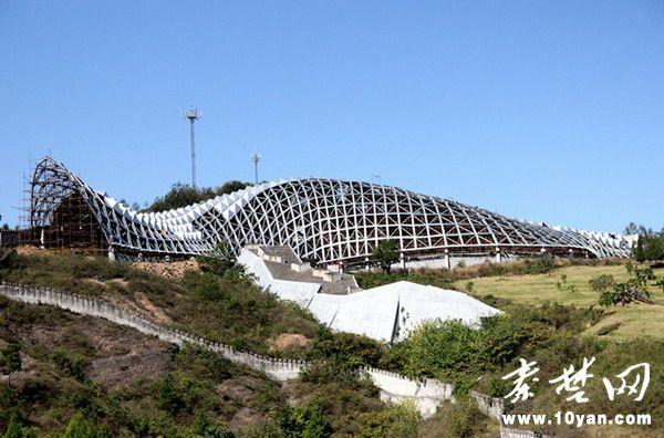 10月13日,在柳陂镇青龙山恐龙蛋遗址博物馆施工现场,工人师傅正在安
